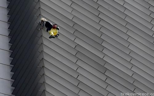 Французинот роберт познат како спајдер мен искачува зграда во Манила