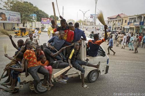 поддржувачите на Нигиерскиот претседател ја слават победата