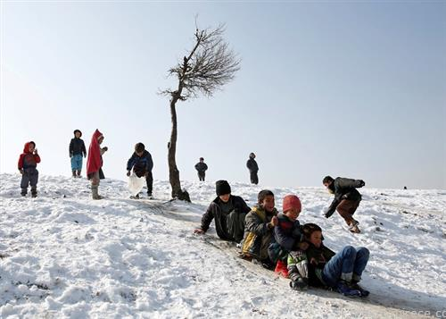 деца во Кабул Авганистан се радуваат на снег