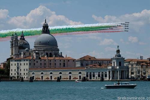 акробација на италијанската еро флота над Венецијаи