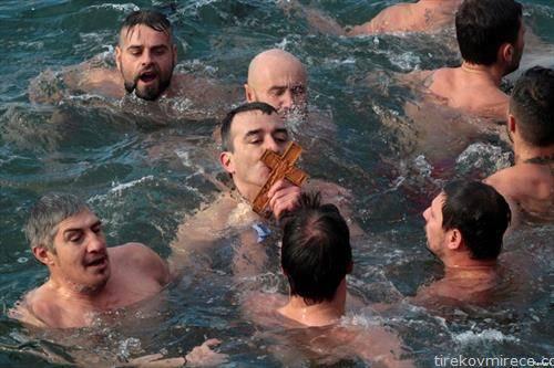 Грци го фаќаат крстот на Водици