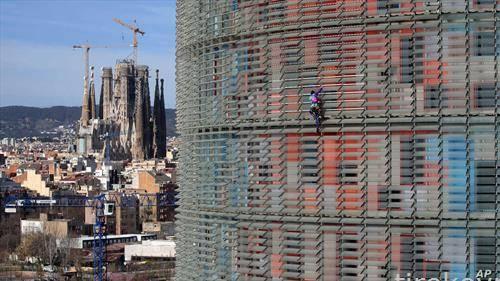 Французинот алан робер позната како спајдермен се качува на кула висока 144 м во Барселона
