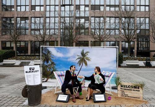 Активисти протестираа во Брисел за време на состанокот на министрите за финансии на Европската унија како асоцијација на тропските држави кои се даночен рај