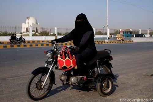 Пакистанска жена и мајка на мотор, позира пред меѓународниот ден на жената во Карач
