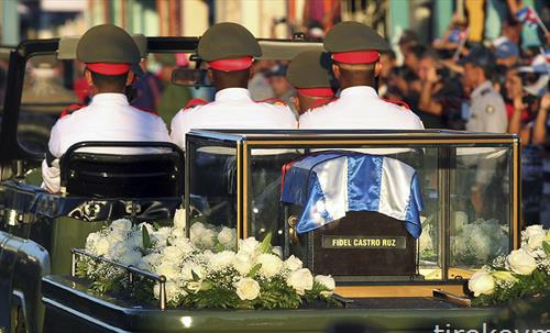 Погребен сандак со посмртните останки на починатиот кубански лидер Фидел Кастро на пат кон гробиштата
