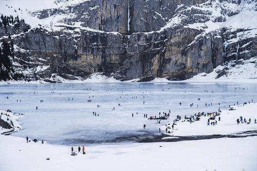 замрзнато езеро во Швајцарија