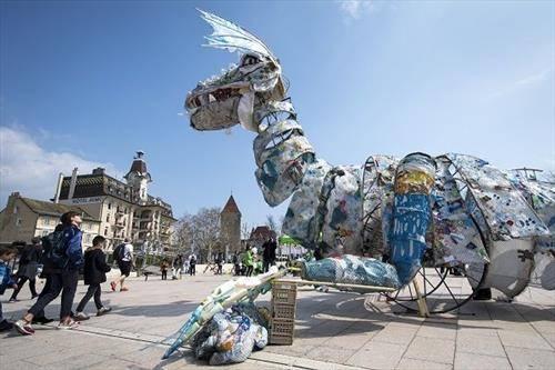 чудовиште од пластика во лозана