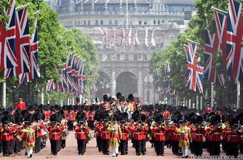 парада во чест на кралицата Елизабета во Лондона