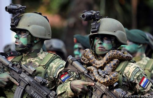 независноста    воена парада во Парагвај, со змија околу врат