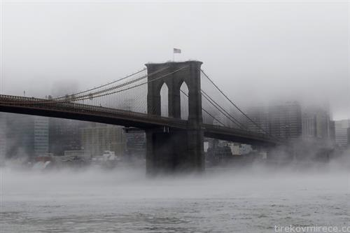 мостот Бруклин во магла