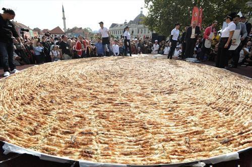 во тузла најголем бурек во светот  пречник 6м  650 кг