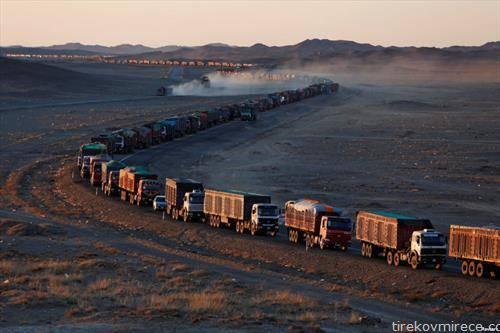 километарска колона камиони товарени со јаглен, на границата меѓу Монголија и  Кина