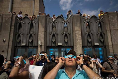 американци го следат помрачувањето на сонцето