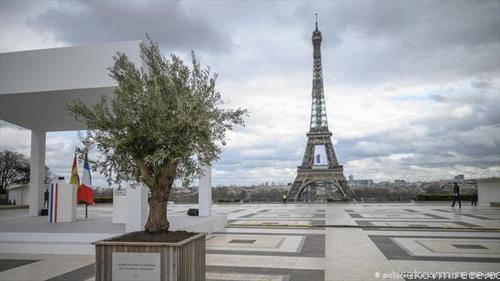 Ајфеловата кула во Париз  деновиве ретко може да се види некој посетител