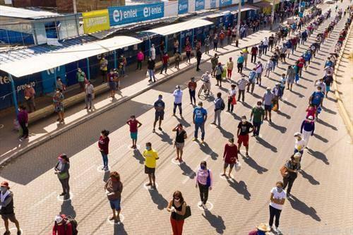 во редици пред продавница за храна во град во Перу