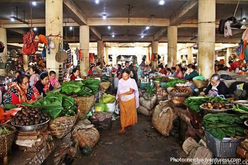 пазарот Има Кеител, кој се наоѓа во Манипур, државата Имфала, во Индија. Тој е единствен во светот каде работат исклучиво жени и тоа околу пет илјади.