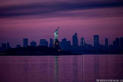 статуата на слободата пред изгрејсонце