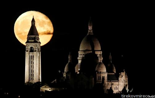 базиликата Мон мартр во Париз на полна месечина