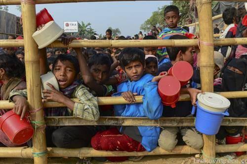 деца на рохинџи бегалците чекаат храна во Дака бангладеш