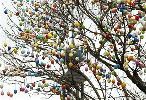 велигденски  обоени јајца во парк во германски град