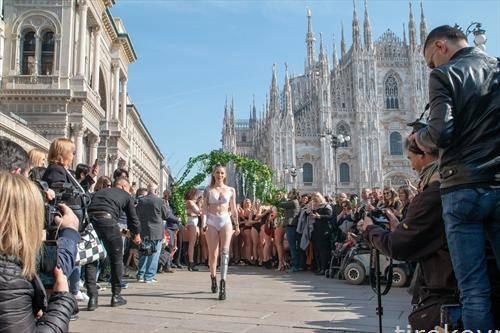 Втора година по ред се одржа специфичен настан, флеш моб кој ги изненади посетителите на Пјаца Дуомо во Милано