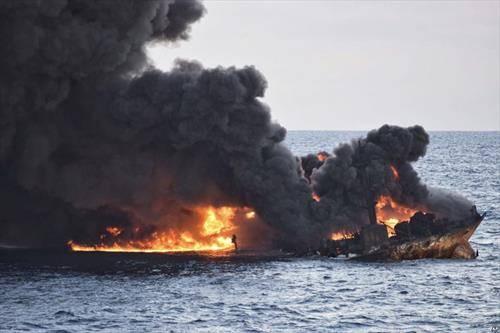 иранскиот брод кој се запали и потона во Кинеско море, создаде голема еко катастрофа. сите 35 морнари загинаа