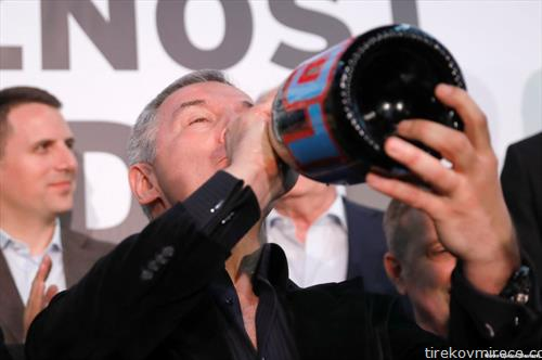 Ѓукановиќ пие шампањ откако стана претседател на Црна Гора