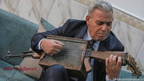 Ирачкиот музичар Маџед Абденур го претвори својот Калашников во музичкиот инструмент лејта.