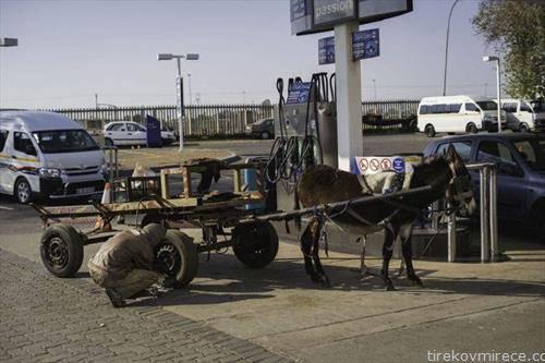 проверка на гумите, на бензинска во Јужна африка