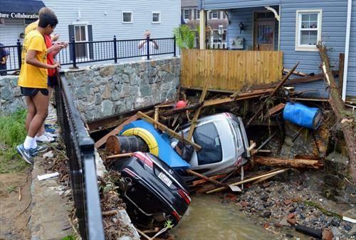 автомобили кои паднаа во порој во Мериленд САД