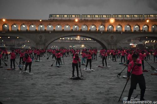 веслање на даска, по реката Сена во Париз