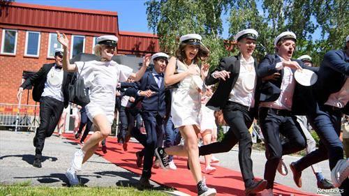 матуранти во Шведска слават завршување на средно образованиеи
