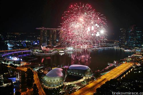 Новогодишниот огномет го осветлува небото над финансиската област  во Сингапур,