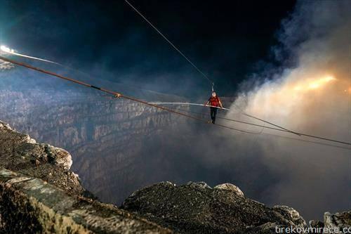 американец мине на жица, над активен вулкан во Никарагва