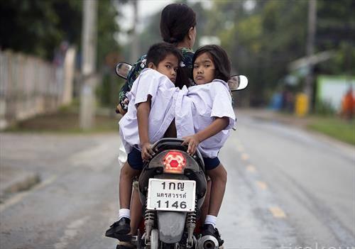 сијамски близнаци во Тајланд на мотор