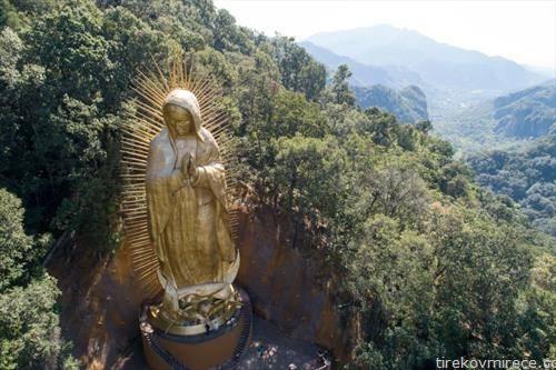 џиновска статуа на Девицата до Гвадалупе во планините на Мексико