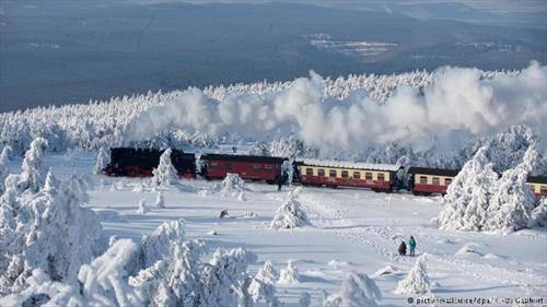деновиве во германската област Харц, возот на Железницата на тесни шини  минува низ од снег завеаната шума