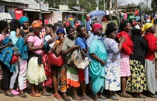 кенијки чекаат за храна