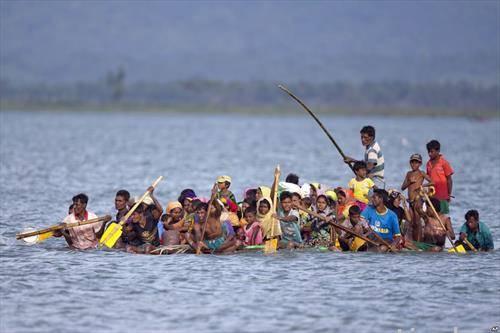 Беглаците  Рохинџи бегаат од Тајланд во Бангладеш