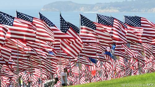 2977 знамиња во чест на исто толку починати  жртви на нападите на 11 септември