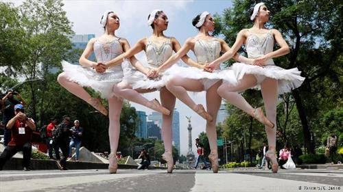 Балетската група Ардентиа настапува на раскрсниците на улиците на Мексико Сити во обид да ја промовира уметноста