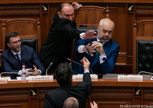 албанскиот премиер Рама испрскан со мастило