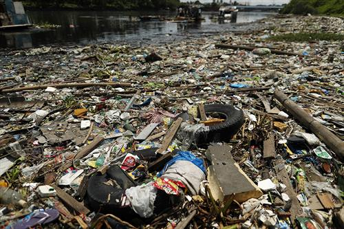 Тони ѓубре на бреговите на островот Слобода, јужно од Манила, Филипини