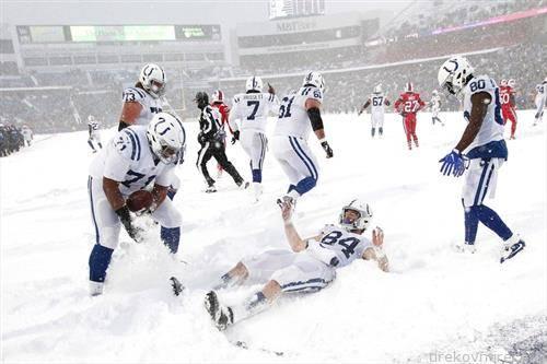 снег на натпреварот од американски фудбал во Индијанаполис