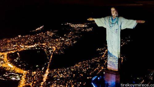 статуата на Исус во Рио, во докторска облека во чест на здравствените работници