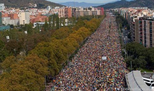 илјадници Каталонци на протести во Барселона