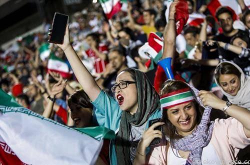 За првпат од 1979 година, жени беа примени на стадион во Техеран, Иран, да гледаат фудбал заедно со мажи