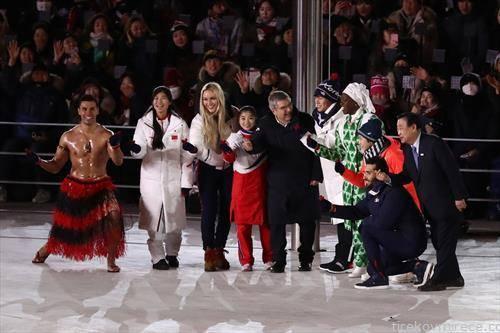 Спортисти од сите континенти заедно на подиумот на затворањето на Игрите во Пјонгчанг