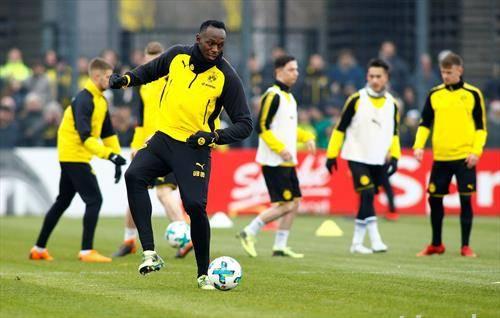 кула     атлетичарот Усаин Болд тренира фудбал со членовите на Борусија Дортмунд