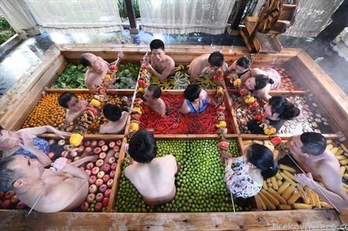 Луѓето уживаат во скара кога се бањаат во  топла вода исполнета со овошје и зеленчук, во хотелот во Кина
